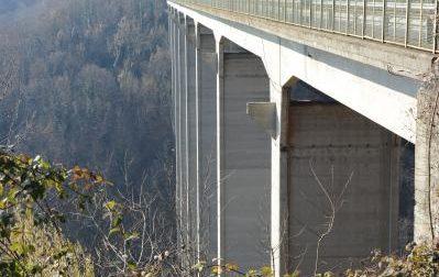 Si suicida a 35 anni gettandosi dal ponte della Pistolesa