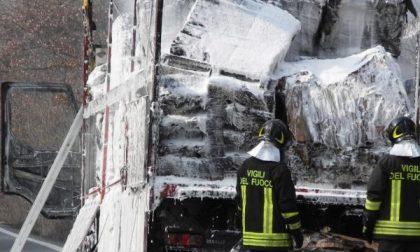 Brucia un camion