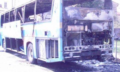 Va a fuoco un autobus