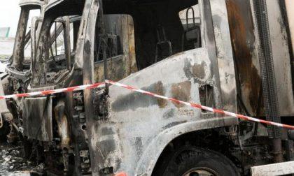 Bruciano dieci camion