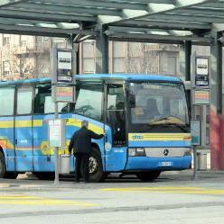 """""""Non può parcheggiare al posto del bus"""", giù minacce e insulti ai poliziotti"""