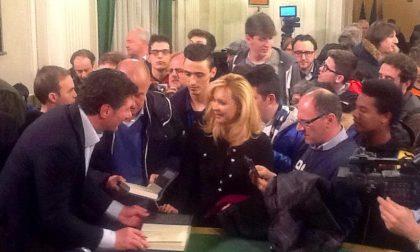 L'abbraccio dei tifosi di calcio di Biella al tecnico dell'Inter Walter Mazzarri