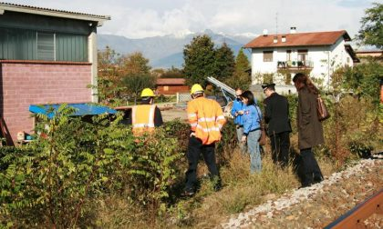 Rifiuti abbandonati lungo la ferrovia
