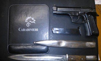 In casa una pistola e una baionetta