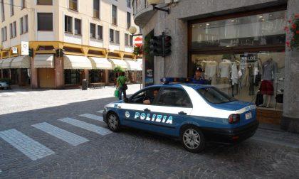 Aggredisce i poliziotti, arrestato