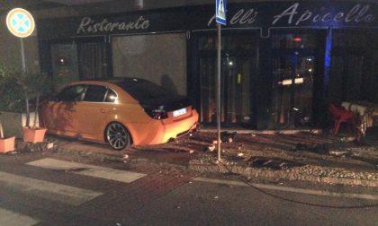 L'auto finisce in pizzeria