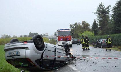 Due auto si ribaltano, tre i feriti