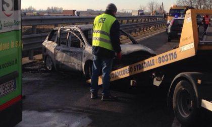 Assalto alla sede Fidelitas di Quinto Vercellese: sparatoria, auto bruciate e traffico in tilt