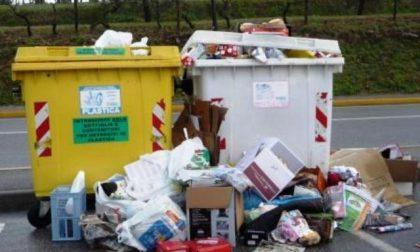 Per dei rifiuti rischia di investire il sindaco