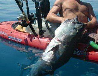 Kayak fishing: pescare seduti a pochi centimetri dal mare