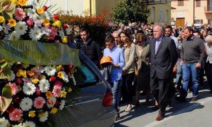 Tutta Massazza in lutto per Filippo: in tanti al funerale del diciottenne