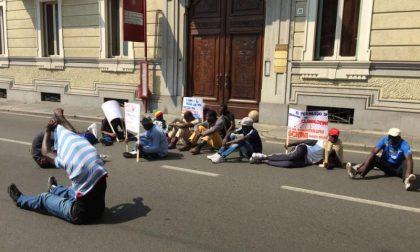 Via Repubblica bloccata dai migranti