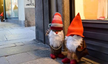 A Biella arrivano gli gnomi natalizi, mentre i vandali rubano gli addobbi
