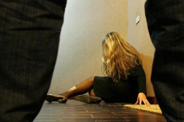 Picchia e minaccia di morte la moglie, allontanato da casa