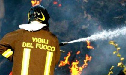 A fuoco la canna fumaria di una villetta