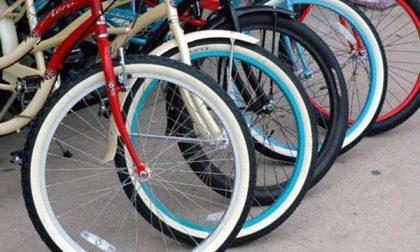 Buttano una bicicletta nel cortile di una scuola
