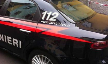 Litigano come pazzi, arrivano i carabinieri