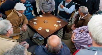 Muore mentre gioca a carte con gli amici