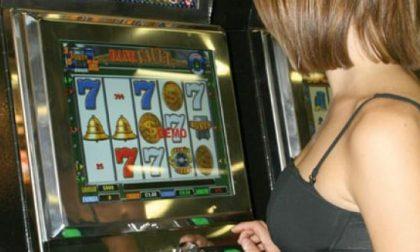 Perde alla slot machine e la danneggia con un pugno