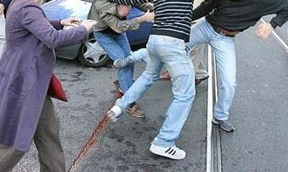 Ragazzo di 15 anni picchiato in via Italia