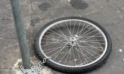 Ruba la ruota a una bici per sostituire la sua sgonfia