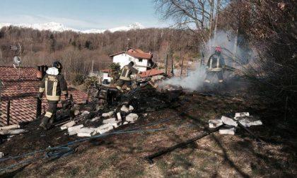 Brucia una legnaia, salva la casa