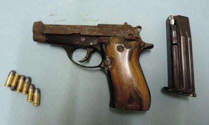 Impegnati nel 'geocaching' trovano una pistola