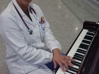 La passione per il canto della dottoressa Matera che cura il corpo e anche lo spirito
