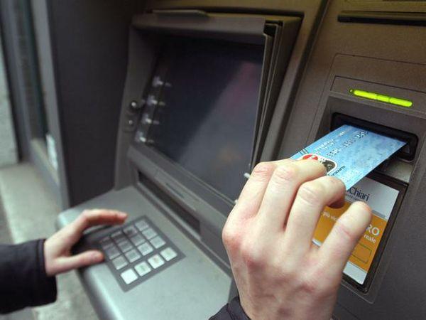 Quasi duemila euro prelevati con il bancomat rubato, due denunciati