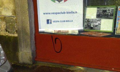 Vernice sulle vetrine del Vespa Club