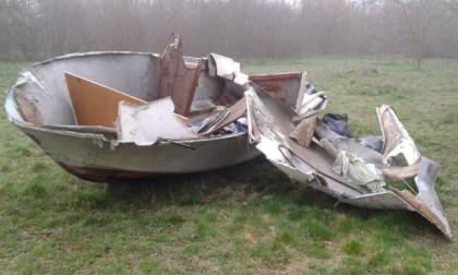 Abbandona barca di rifiuti: subito preso