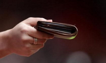 Trova un portafogli con 450 euro e lo restituisce subito