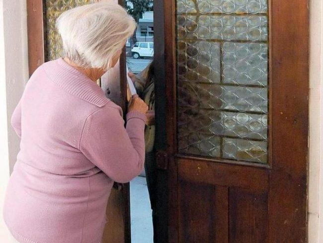 Soldi e gioielli nel frigo, truffata anziana di Candelo
