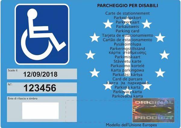 Parcheggia senza permesso al posto dei disabili