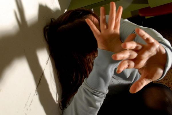Violentava ragazzine in una comunità: finito in carcere