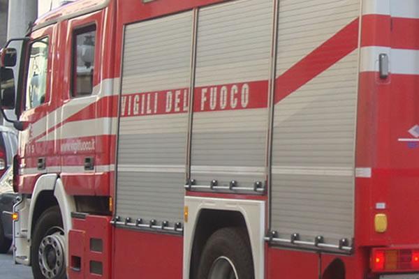 Cadono due tralicci dell&#8217&#x3B;alta tensione, fiamme nell&#8217&#x3B;orto di una casa