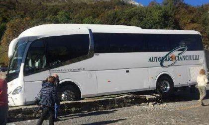 Autobus in bilico sul muretto del Prato delle Oche
