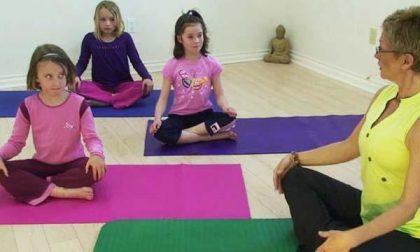 I bambini imparano lo yoga
