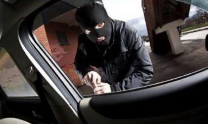 I ladri non aprono la cassaforte e allora se ne vanno con la Bmw