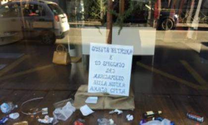 Una vetrina di rifiuti contro il degrado
