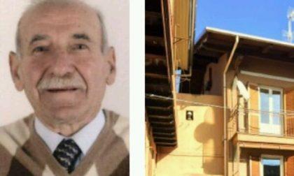 Cade dal tetto e muore a 78 anni