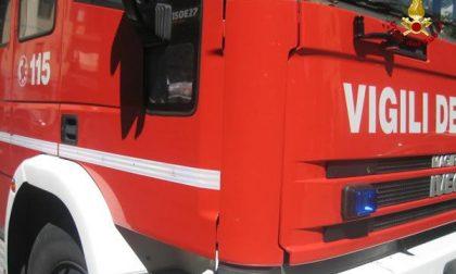 Paura a Valdengo: auto prende fuoco mentre il conducente sta guidando
