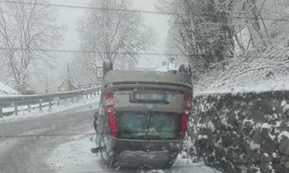 Auto si ribalta a Favaro per la neve: coniugi feriti