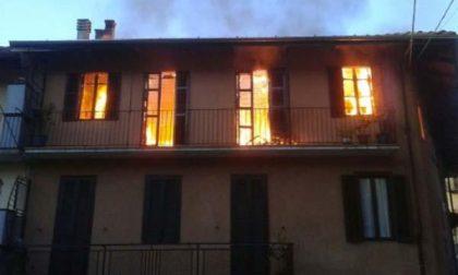 Edificio devastato dalle fiamme, famiglia resta senza casa