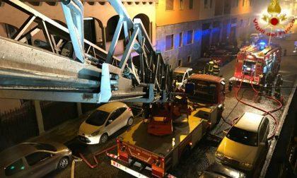 Incendio in via Dante, nove persone in ospedale