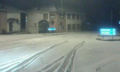 L'attesa nevicata di fine aprile imbianca le strade di Andorno Micca