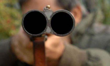 L'inquilino non paga, lo minacciano con un fucile