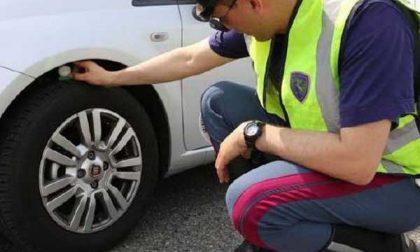 Ha due pneumatici danneggiati in una grossa buca