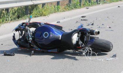 In moto contro un'auto: muore cinquantenne