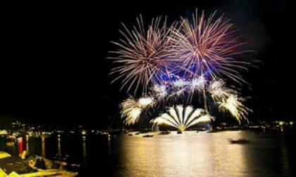 La magia dei fuochi d'artificio sul lago